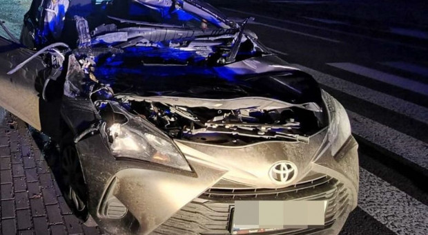 Zderzenie samochodu z nieoświetlonym ciągnikiem