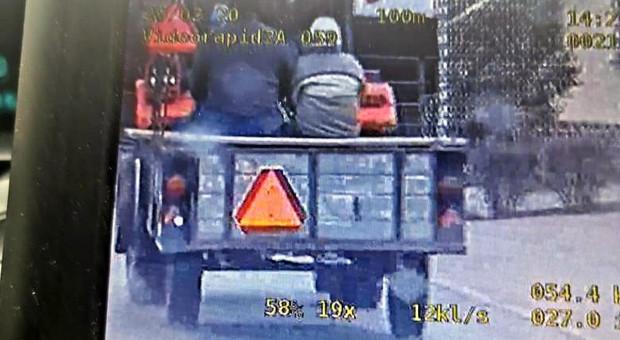 Traktorzysta wiózł o czterech pasażerów za dużo