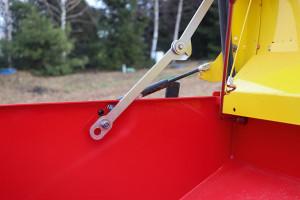 Zbiornik skonstruowany jest w taki sposób, że umożliwia wysiew nasion praktycznie do zera. Siłownik wspomagający pozwala na otwieranie pokrywy zbiornika. Sama pokrywa ma uszczelnienie gumowe. Dbałość o detale jest na najwyższym poziomie
