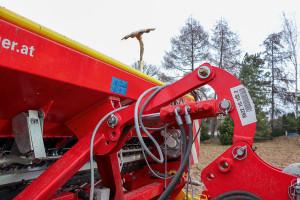 Dodatkowy podnośnik hydrauliczny pozwala na podniesienie siewnika na bronę wirnikową, dzięki czemu istnieje możliwość doprawienia gleby bez pracy siewnikiem