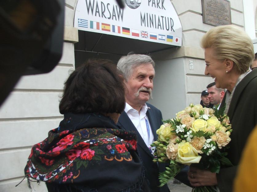 Karol Krajewski, dyrektor NIKiDW wręczył Pani Prezydentowej bukiet kwiatów z okazji Dnia Kobiet fot. AKoz