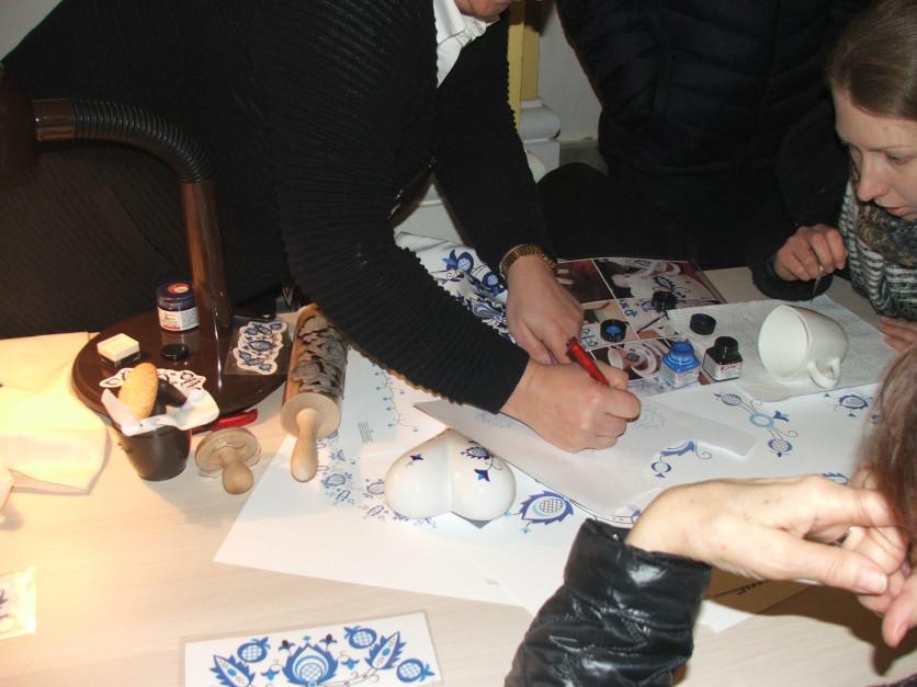 KGW Krajna zorganizowało warsztaty rękodzielnicze - malowanie elementami haftu krajeńskiego na porcelanie fot. AKoz