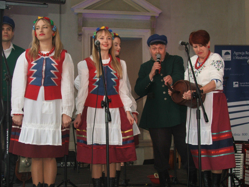 Elementem charakterystycznym dla stroju z regionu Kociewia jest naszyta na gorsecie Pań choinka fot. AKoz