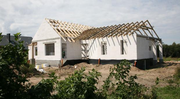 Szczelne i ciepłe materiały budowlane do wznoszenia domu