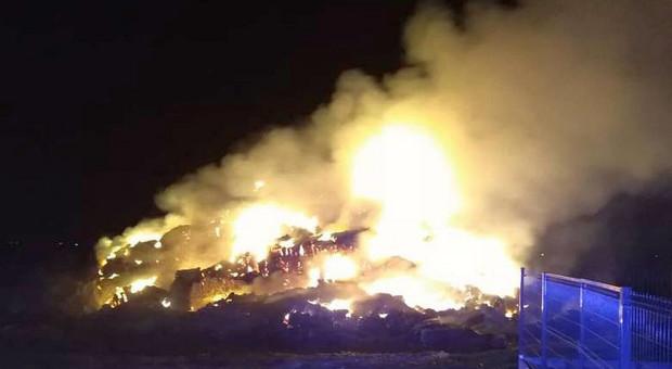 Duży pożar sterty słomy pod Wrocławiem