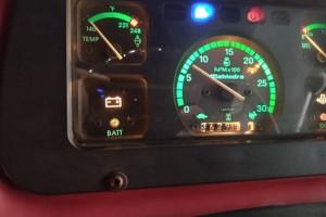 Skromna deska rozdzielcza w 4-80M, ale wszystkie najważniejsze wskaźniki potrzebne dla wprawnego traktorzysty są, fot. trucadao.com.br