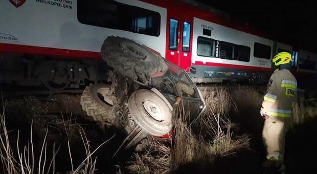 Traktorzysta jechał po torach i zderzył się z pociągiem
