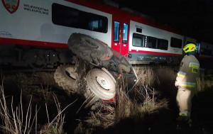 Ciągnik po zderzeniu z pociągiem wylądował w rowie, Foto: OSP Czerniejewo