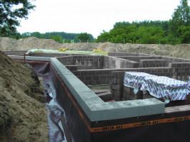 Jedną z najważniejszych części obiektu budowlanego jest fundament. Aby mógł on prawidłowo przenosić obciążenia należy zapewnić mu trwałą i skuteczną ochronę podziemnych elementów budynku. Foto. Weber Leca