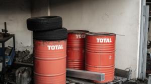Wytworzone wcześniej odpady w postaci przepracowanych olejów należy odpowiednio przygotować i magazynować przed przekazaniem do uprawnionego odbiorcy. Foto. Florian Wächter, Pixabay