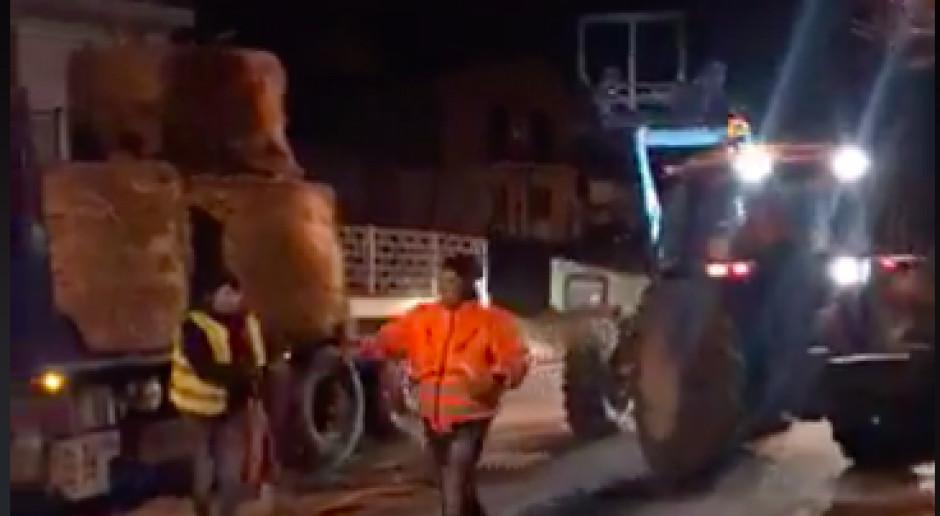 Miejscowość otoczyła się belami siana, by bronić się przed koronawirusem