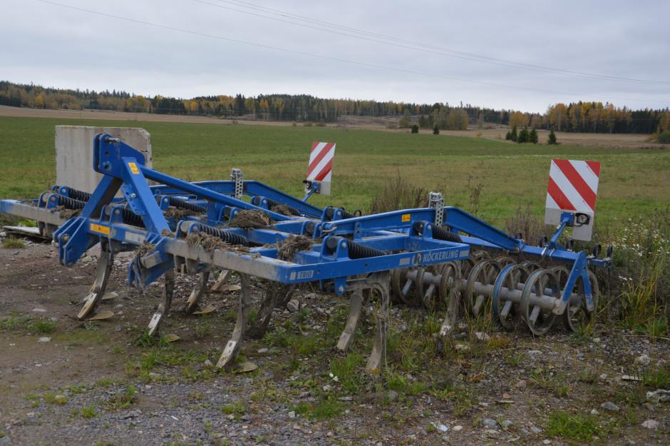 Z uwagi na ciężkie gliniaste ziemie od kilku lat w gospodarstwie pracuje się metodami bezorkowymi. Do głębokiego spulchniania używa kultywatora.