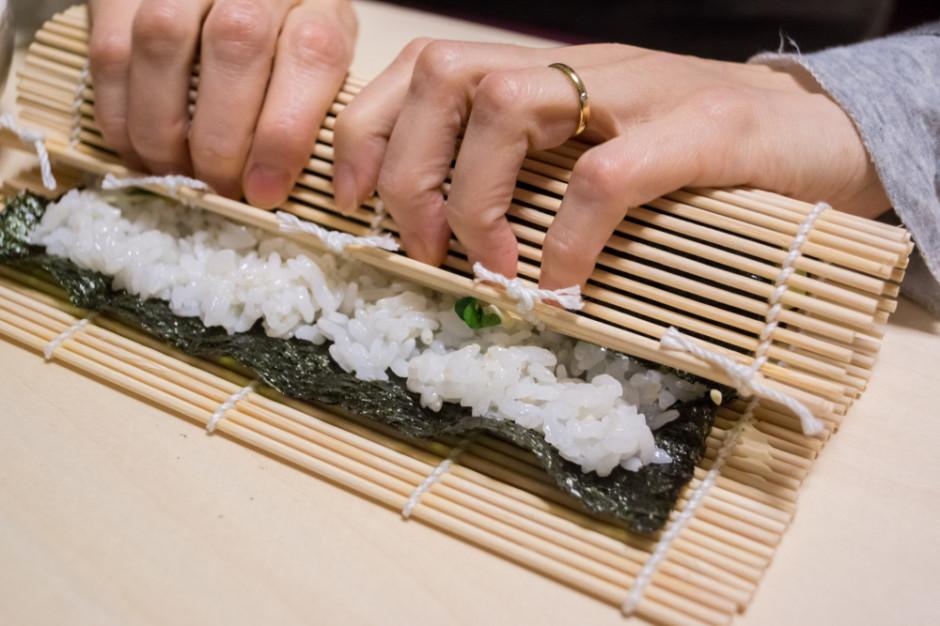 Zwijanie sushi wbrew pozorom nie jest trudne. Wystarczy dość ściśle zwinąć początek, a potem dać się poprowadzić macie, która właściwie roluje się sama, fot. Shutterstock