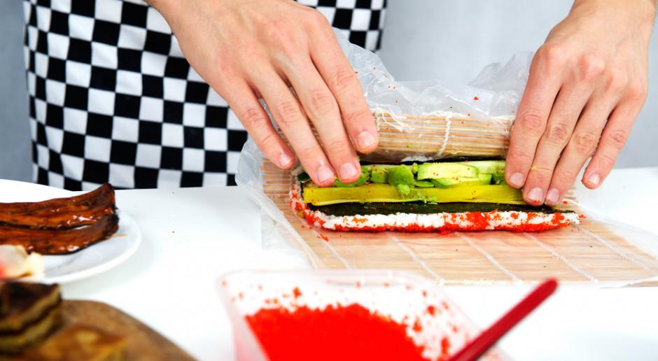Zwijając urumaki, należy na matę bambusową położyć folię spożywczą i nori ryżem do spodu, fot. Shutterstock