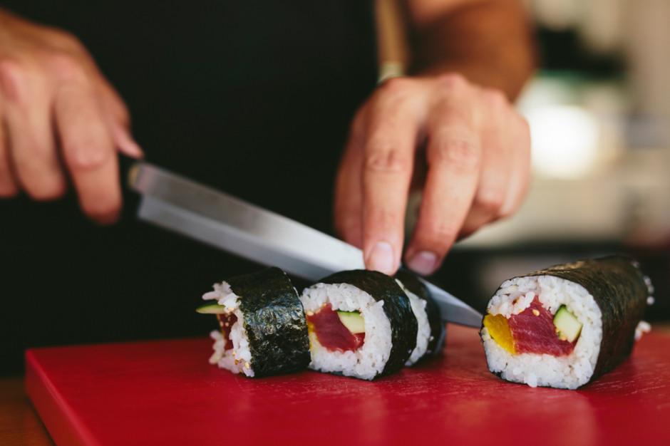 Kroić sushi można tylko odpowiednim nożem – szerokim, bez ząbków i przede wszystkim bardzo ostrym, fot. Shutterstock