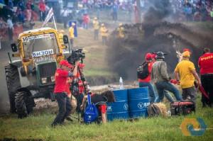 """Wyścigi ciągników Bizon Track Show to ekstremalna jazda """"bez trzymanki"""