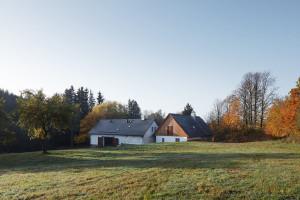 Pierwotna zagroda składała się z dwóch domów – drewnianej chałupy z bali i kamiennej stodoły, ułożone w naturalny sposób kompleks budynków w kształcie litery