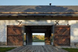 Ten dom powstał z połączenia i zaadaptowania dwóch budynków – startej stodoły oraz drewnianej chałupy wykonanej z bali. Projekt: Lenka Míková, Foto. Jakub Skokan, Martin Tůma  BoysPlayNice