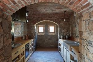 """Podkreślono oryginalną specyfikę każdego z tych dwóch budynków poprzez zachowanie rzeźbiarskiej objętości tradycyjnej, """"czarnej"""" kuchni w drewnianym domku i panoramiczny widok wychodzący z  bram kamiennej stodoły.   Projekt: Lenka Míková, Foto. Jakub Skokan, Martin Tůma  BoysPlayNice"""