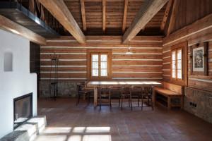 W środku domu poczujemy i zobaczymy tradycyjny charakter wnętrz, dzięki zastosowaniu kamienia, drewna i ziemi. Projekt: Lenka Míková, Foto. Jakub Skokan, Martin Tůma  BoysPlayNice