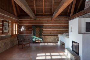 Chałupa z bali pełni całkowicie funkcje mieszkalną i ma bardziej tradycyjny charakter. Projekt: Lenka Míková, Foto. Jakub Skokan, Martin Tůma  BoysPlayNice