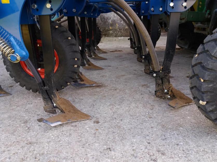 Siewnik można wyposażyć w redlice podcinające glebę na całej szerokości roboczej maszyny.
