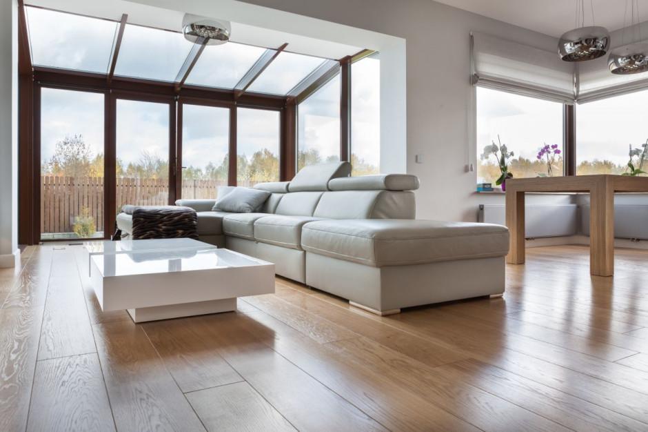 Podłogi warstwowe produkowane są w czterech różnych klasach: select, natura, rustical i standard. Warstwa użytkowa o grubości 6 mm, lakierowana lub wykończona olejowoskiem jest następnie fazowana, szczotkowana oraz podlega obróbce thermo, która zwiększa wytrzymałość drewna. Foto. Finishparkiet
