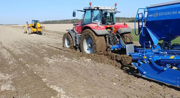 Wpadka na polu. Ładowarka wyciąga traktor z agregatem