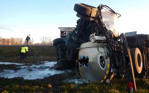 Autocysterna wypadła z drogi krajowej i przewróciła się na bok