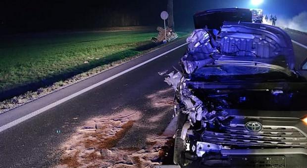 Ciągnik w rowie po zderzeniu z autem, traktorzysta pod wpływem