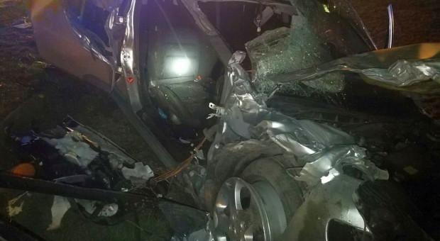 Auto wjechało w przyczepę rolniczą, jedna ofiara śmiertelna