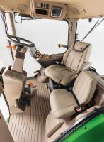 Nowa seria 8R to pierwsze na świecie ciągniki rolnicze wyposażone wfotel operatora Active Seat posiadający funkcję masażu. Jest on także wentylowany oraz ma pompowane boczne podpory, które poprawiają komfort pracy. Ma również wysuwane siedzisko, dzięki czemu mogą na nim wygodnie siedzieć wysocy operatorzy. Cały fotel wraz zpodłokietnikiem można obrócić do 40º wprawo, natomiast sam fotel można także obrócić o25º wlewo. Ułatwia to zajmowanie miejsca za kierownicą.