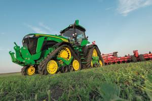 Czterogąsienicowy układ jezdny zastosowany wmodelu 8RX ma dużą siłę uciągu, mały nacisk na glebę, doskonale sprawdza się podczas pracy na terenach pagórkowatych oraz bardzo dobrze radzi sobie na glebach odużej wilgotności.