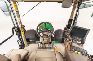 Inżynierowie Johna Deere'apostawili na jak największy komfort operatora. Nowa kabina ma o5 cm więcej przestrzeni nad głową operatora, jest jeszcze cichsza ijako jedyna na rynku ma podnóżki umożliwiające wyprostowanie nóg
