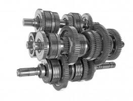 Ciągniki serii 8RX można wyposażyć wprzekładnię e23, która wcałkowicie mechaniczny sposób, niemal bez strat, przenosi moment obrotowy generowany przez silnik na układ jezdny. Operator musi wybrać tylko zakres prędkości, wjakiej chce pracować, aprzekładnia automatycznie dobierze odpowiednie przełożenie gwarantujące maksimum osiągów. Ma ona 10 biegów zmienianych pod obciążeniem wzakresie 5-16 km/h, co pozwala wpełni wykorzystać moc ciągnika. Natomiast podczas transportu umożliwia poruszanie się zprędkością 50 km/h.