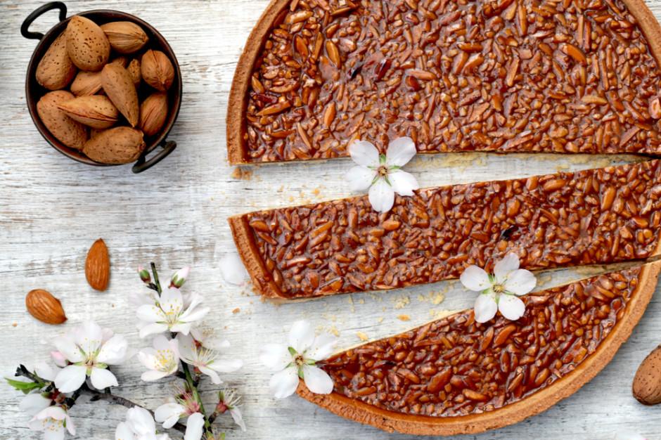 Mazurek z migdałami w słonym karmelu, fot. Shutterstock