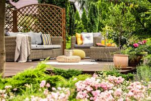 Impregnaty, które pełnią funkcję dekoracyjno-ochronną najlepiej sprawdzają się na powierzchniach takich jak elewacje, meble ogrodowe, ogrodzenia. Foto. V33