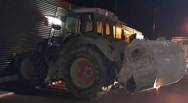 Traktorzysta wjechał w sklep