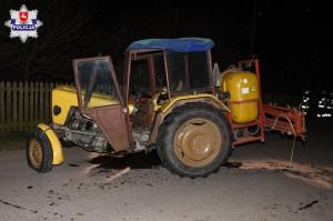 Audi uderzyło w traktor z zaczepionym opryskiwaczem, Foto: Policja