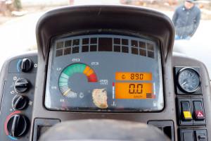 Na desce rozdzielczej za kierownicą rozmieszczono obrotomierz, wskaźniki poziomu paliwa oraz temperatury cieczy chłodzącej, atakże wyświetlacz ciekłokrystaliczny wskazujący aktualną prędkość oraz liczbę motogodzin