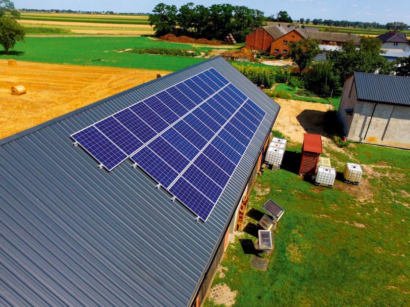 Przy wyborze paneli fotowoltaicznych dostarczających odpowiednią moc szczytową należy też sprawdzić, czy będą one efektywnie współpracowały z falownikiem