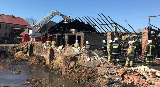Spłonęły budynki i maszyny, rolnik poparzony
