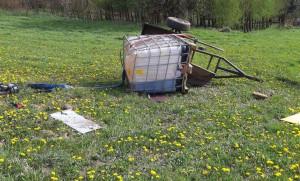 Traktor ciągnął prawdopodobnie przyczepkę z plastikowym zbiornikiem