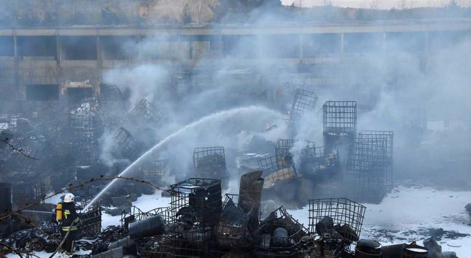 Po niedzielnym pożarze w Nowinach wciąż przekroczone stężenie amoniaku w powietrzu