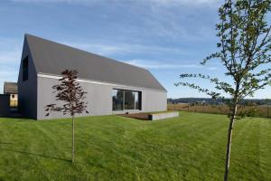Ostateczna forma domu staje się prostą, zamkniętą i skończoną bryłą, Fot. Archifolio / Tomasz Zakrzewski