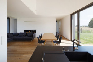 Dlatego też w centralnie umieszczonej strefie dziennej, składającej się z salonu, jadalni i kuchni, przez duże okna umieszczone na przeciwległych ścianach rozpościera się przepiękny widok, Fot. Archifolio / Tomasz Zakrzewski
