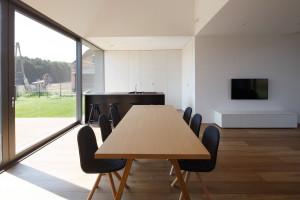 Na atrakcyjność wewnętrznej przestrzeni domu składają się, lokalne podwyższenia sufitów, widokowe otwarcia w różnych kierunkach na krajobraz, różnorodny sposób przenikania światła do jego wnętrza oraz ostatecznie sam układ funkcjonalny pomieszczeń Fot. Archifolio / Tomasz Zakrzewski