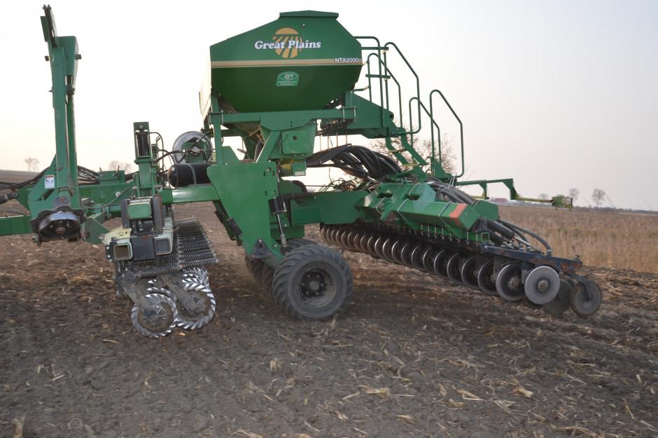 Siewnik porusza się na czterech szerokich kołach jezdnych. Przednie talerze nacinające przygotowują glebę dla dwutalerzowych redlic wysiewających.
