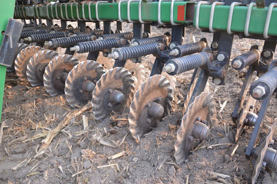 Talerze nacinające są faliste i uprawiają około 5 cm pas gleby. Posiadają indywidualne zabezpieczenie przed przeciążeniem, ich głębokość pracy można regulować bezstopniowo poprzez hydraulikę z kabiny ciągnika.