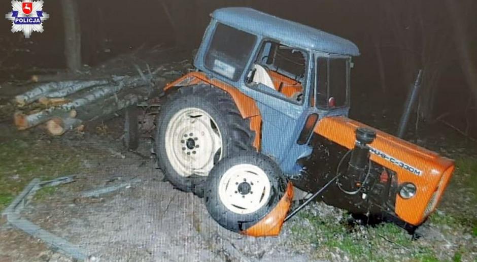 Traktor z doczepionym wozem uderzył w drzewo